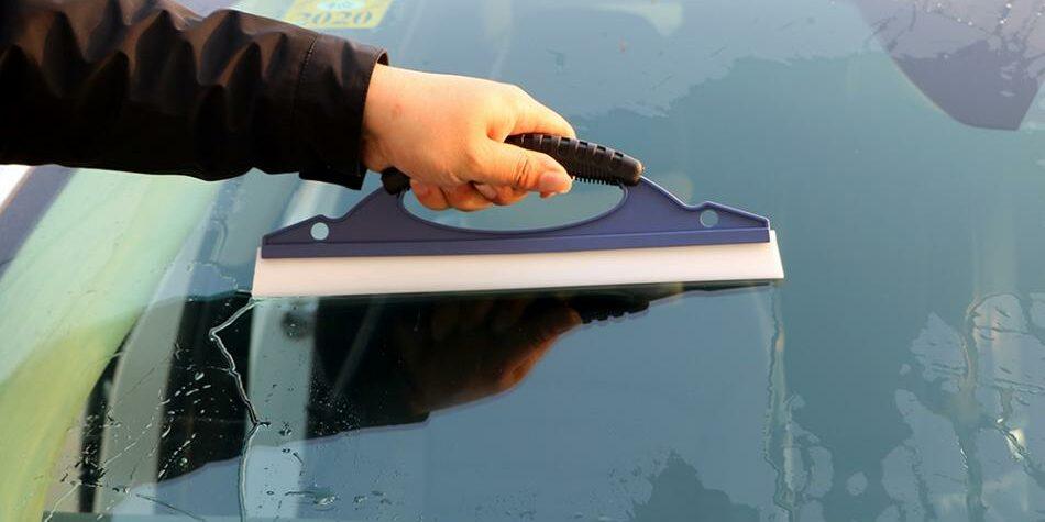 Jaga Kebersihan Kaca Mobil Dengan Cara Ini Yuk